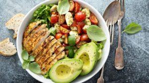 Bio-Avocado- und Geflügelsalat
