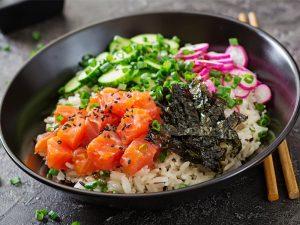 Poke bowl arroz negro con aguacate