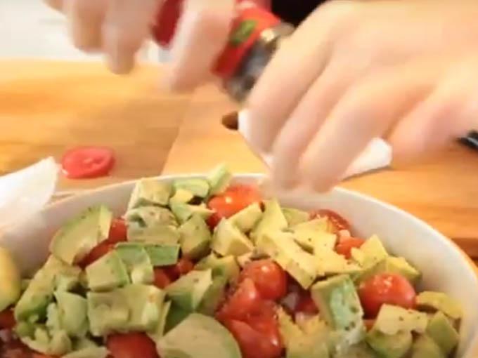 8 agregar sal y pimienta a la ensalada