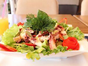 Oktopus und Avocado-Salat
