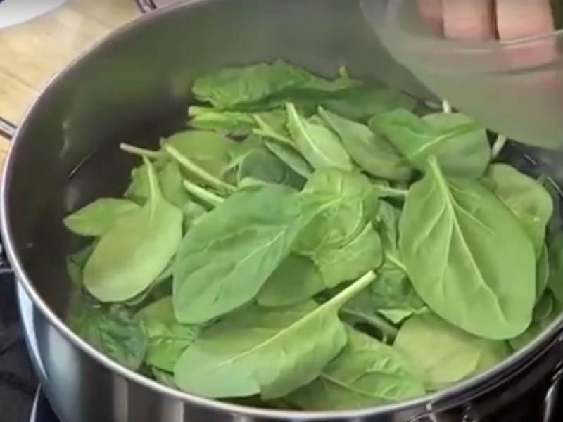 1 escaldar espinaca para gazpacho verde