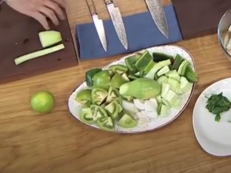 2 cortar todos los ingredientes para gazpacho verde